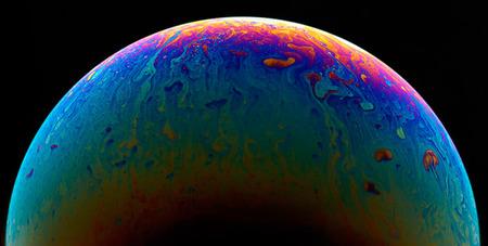 """El fotógrafo Jason Tozer """"convierte"""" pompas de jabón en maravillosos planetas"""
