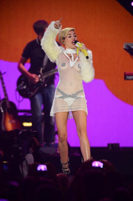 Peores looks de Miley Cyrus 2013 vestido de rejilla Maria Ke Fisherman IHeartRadio Music Festival Las Vegas