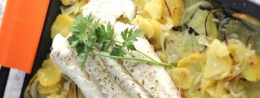Merluza al horno con patatas panaderas: receta sencillísima de pescado al horno
