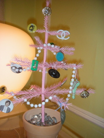 Una buena idea: decorar el árbol de Navidad con abalorios