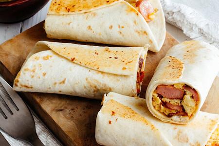 Burritos clásicos de huevo con salchicha. Receta fácil para el desayuno