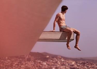 Mr. Porter se embarca en un avión destino Barcelona. ¿El resultado? Una campaña de baño espectacular