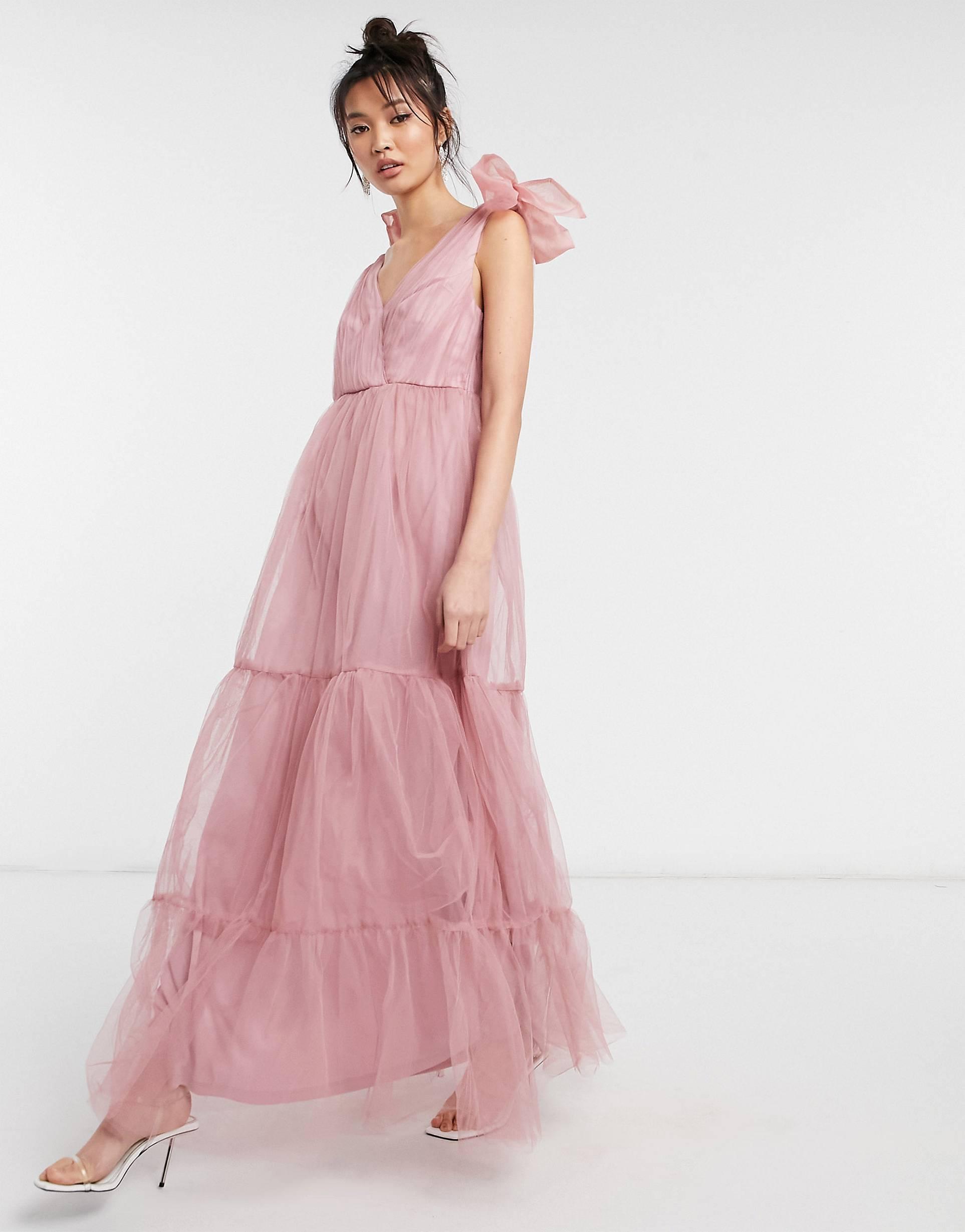 Vestido largo rosado a capas con lazo de tul.