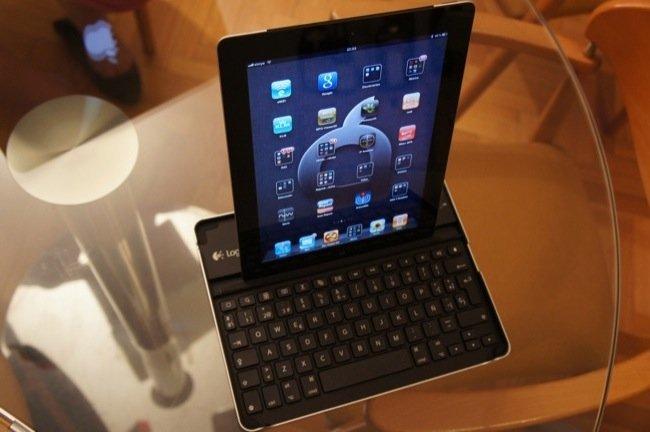 iPad en posición vertical en el teclado