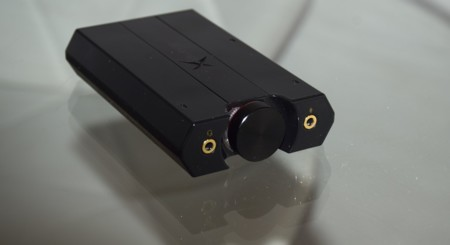 Detalle de los conectores frontales de la Sound BlasterX G5