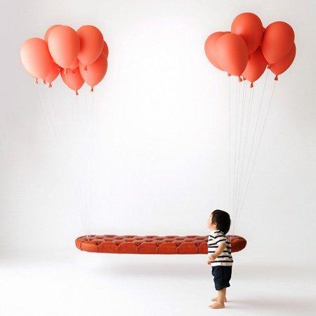 Un banco suspendido en el aire por globos