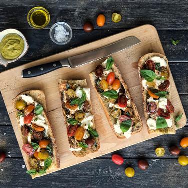 Crostini de pesto, burrata y tomates al balsámico, una receta sabrosa y sin complicaciones (con vídeo incluido)