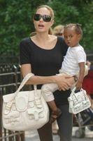 Angelina le compra a Zahara un bolso como el suyo