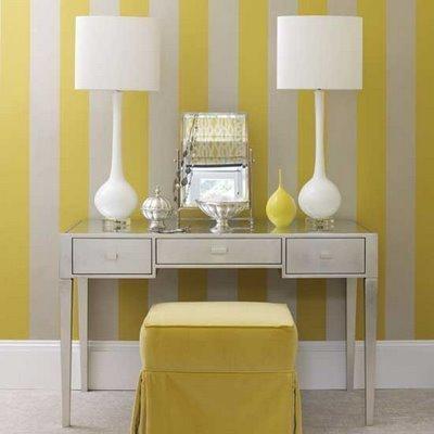 Un recibidor a rayas amarillas y blancas