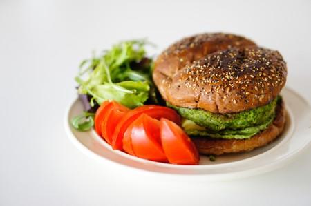 Si tenemos hambre, elegir una hamburguesa vegana en vez de una de carne nos llenará más, según el último estudio