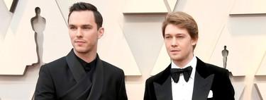 Nicholas Hoult se envuelve en un look de Dior Homme para los Premios Óscar 2019