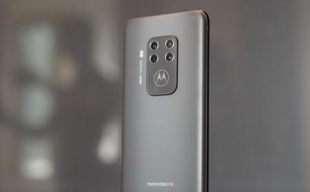 Moto One Zoom: Así es el primer móvil de Motorola con cuatro cámaras traseras y Alexa integrada