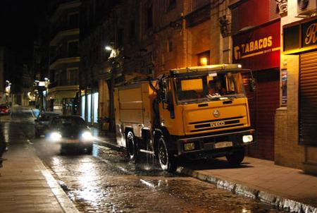 Los camiones de baldeo de Sevilla son los auténticos dueños de la noche