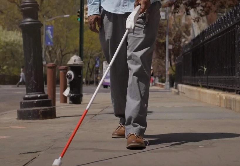 weWALK, el bastón para invidentes equipado con Google Maps, altavoz y que se puede enlazar a un smartphone