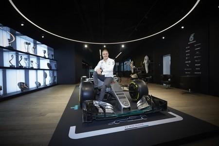 F1 Bottas Signs Mercedes 2017 3