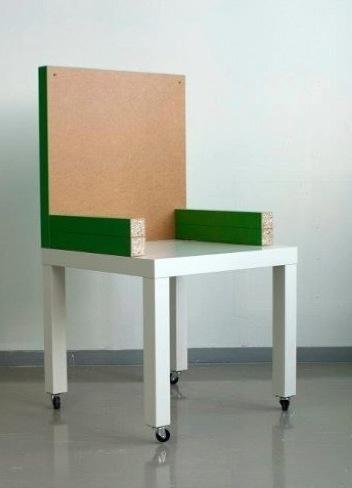 La silla 'Crisis', fabricada a partir de dos mesas Lack de IKEA