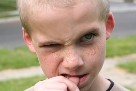Cuatro importantes consecuencias de que los niños se muerdan las uñas, y qué hacer para que dejen de hacerlo