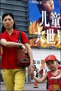 El gobierno chino busca promover la política del hijo único pero en un tono más suave
