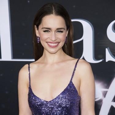 Emilia Clarke vuelve a apostar por una melena XXL con unas largas extensiones