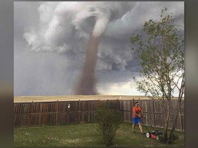 El héroe que cortaba el césped de su jardín mientras un enorme tornado acechaba en el horizonte
