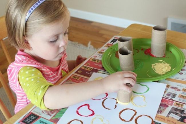 Manualidades para hacer con ni os pintando manzanas con - Manualidades con bebes ...