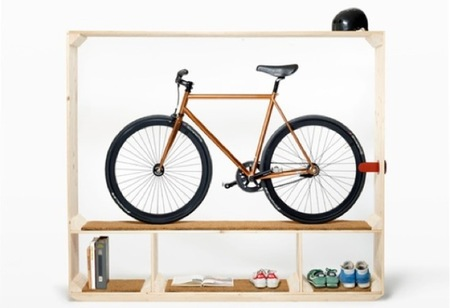 Una estantería para colocar la bicicleta entre otras cosas