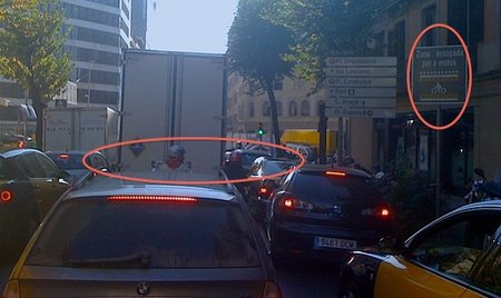 Incoherencias en la circulación urbana de motos: zonas avanzadas en los semáforos y carriles estrechos