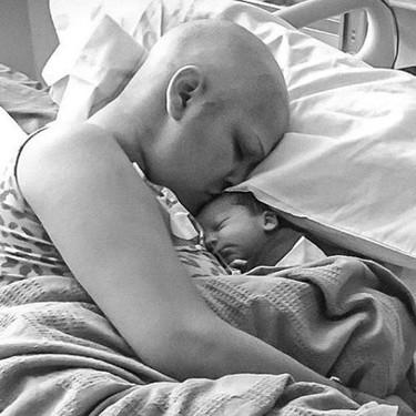 Fue diagnosticada de cáncer de mama en el embarazo, y tras una difícil cirugía y quimioterapia da a luz a un bebé sano y a término