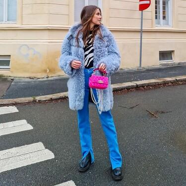 Desde el llamativo color pitufo hasta el delicado tono celeste, el street style quiere que luzcamos un abrigo azul este 2021