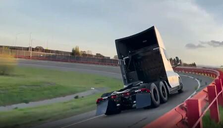 El Tesla Semi despliega su potencial y ya podemos verlo (y oírlo) rodar en pista de pruebas