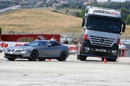 Mercedes SLR McLaren contra... camión Mercedes Actros SilverTec F1