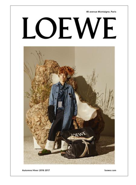 Para que todo el mundo pueda ver su nueva campaña Loewe empapela París durante la PFW
