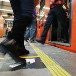 """""""¡Que se forme!"""": la historia de cómo cinco flechas hicieron lo imposible, que la gente haga filas en el Metro de Ciudad de México"""