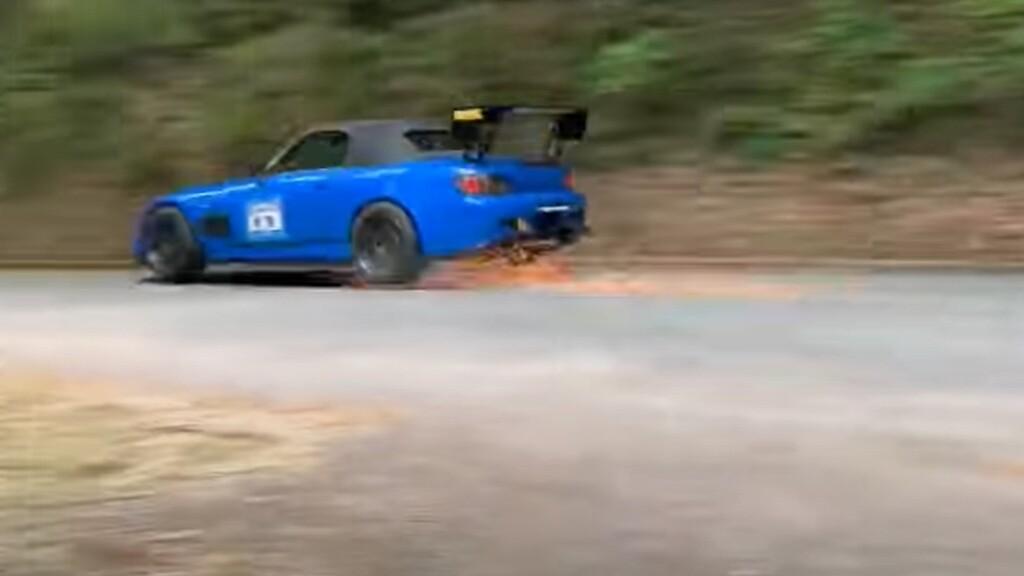 Salto, chispas y derrape quirúrgico: así es como un Honda S2000 rodando a fuego te deja sin aliento en décimas de segundo