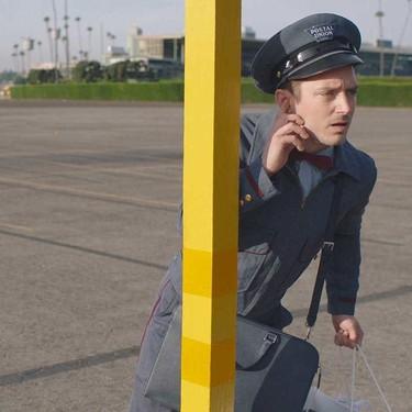 Elijah Wood reparte regalos de Prada como parte de una serie de filmes festivos de la firma