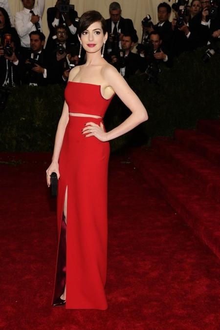 Anne Hathaway de rojo de Calvin Klein Collection en la alfombra roja de la Gala del MET 2014