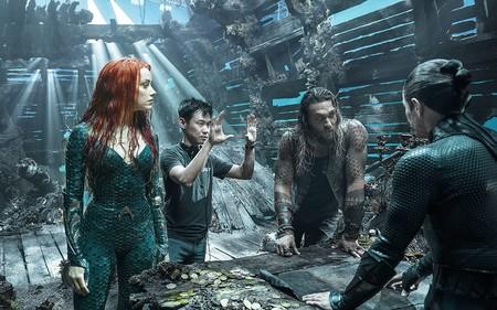 James Wan dirigiendo una escena con Amber Heard, Jason Momoa y Willem Dafoe