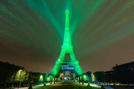 La pila de combustible de Toyota transforma la Torre Eiffel para promocionar el hidrógeno verde