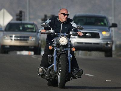 Premio a la peor idea política: Nebraska quiere involucionar y permitir montar en moto sin casco