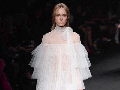 """Valentino vuelve a firmar el vestido de la discordia, dos revistas de moda mensuales """"made in Spain"""" lo comparten"""