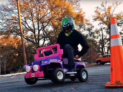 Este Jeep de Barbie con motor de gasolina es el juguete con el que todo padre petrolhead sueña