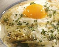 Huevos fritos con brotes de soja