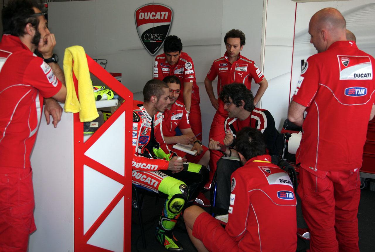 Foto de Las imágenes de Valentino Rossi sobre la Ducati Desmosedici GP12 (7/8)
