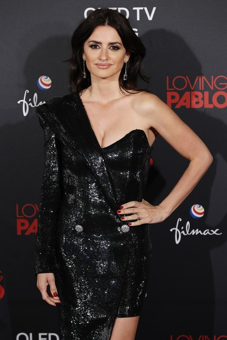 Penélope Cruz se atreve con un llamativo vestido asimétrico de Balmain