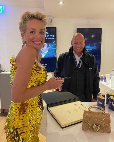 El vestido de Sharon Stone que recordaremos siempre junto al de Instinto Básico es este de lentejuelas doradas
