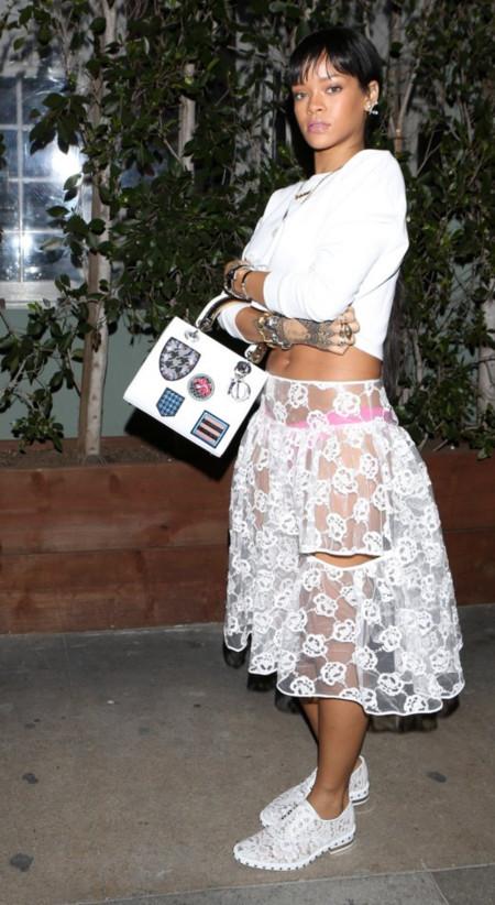Rihanna lo dice, las faldas transparentes son lo más