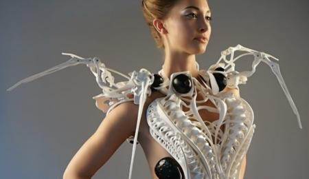 Cuidado con acercarse de cualquier manera a esta chica: su vestido lleva sensores para defenderse