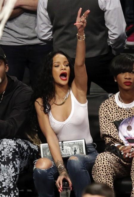Rihanna lo tiene claro: camiseta y sujetador son incompatibles