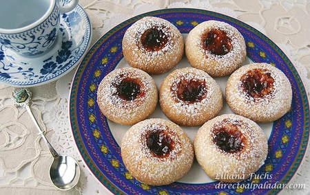 """Galletas """"huella del pulgar"""" con mermelada para picar dulce. Receta"""