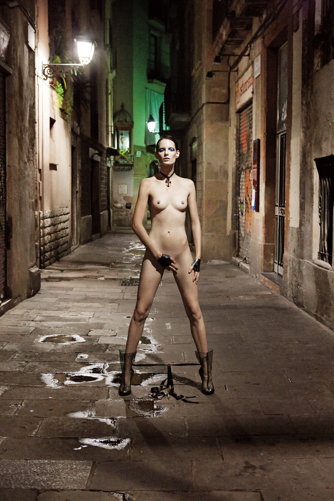 Foto de ¿Barcelona fomenta el desnudo en público? Una vergüenza de editorial con Iris Strubegger desnuda (6/8)